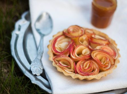 Tartelelettes Pommes Bouquets Et Caramel Au Beurre Sale (Caramel Apples Tartelelettes Bouquets And Butter Sauce I think) – recipe shared by DOLLYJESSY