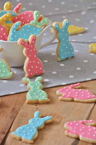 Decorated Easter Bunny Cookies – shared on La Tana del Coniglio