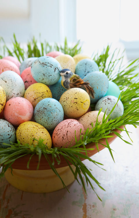 DIY Speckled Egg Centerpiece – tutorial shared on Good Housekeeping