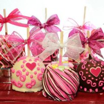 Valentine Gourmet Chocolate Caramel Apples – created and sold by BigBearChocolates on Etsy