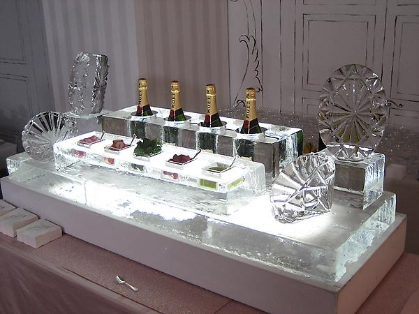 Ice Sculpture Stylized Champagne and Caviar Bar – featured on Mariage.com