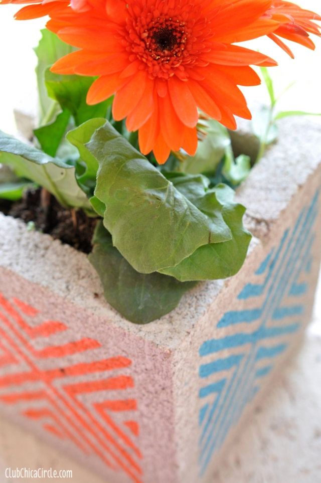Colorful Stenciled Concrete Blocks – tutorial shared by Chica Circle