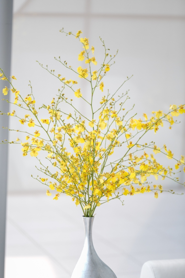 Tall Modern Centerpiece with White Vase and Yellow Flowers – shared on Style Me Pretty
